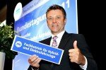 Neues Schild für qualifizierte Kfz-Innungsbetriebe