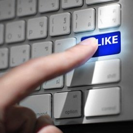 close up view hands touching computer keyboard social network, © pongsuwan – Fotolia