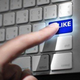 close up view hands touching computer keyboard social network, © pongsuwan – Fotolia