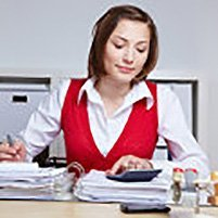 Frau macht Betriebsprüfung im Büro, ©Robert Kneschke – Fotolia