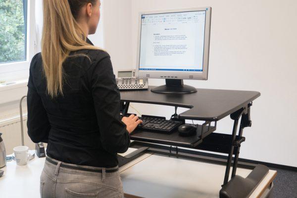 Flexible Schreibtischlösungen bringen Monitore in Position