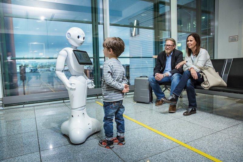 Josie PepperAm Münchner Flughafen weist ein Roboter den Weg