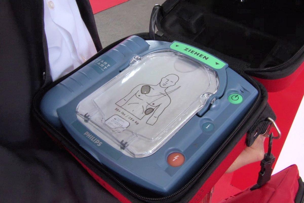 Cebit 2018Wie ein Defibrillator im Notfall Leben retten kann