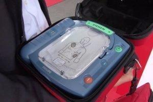 Wie ein Defibrillator im Notfall Leben retten kann