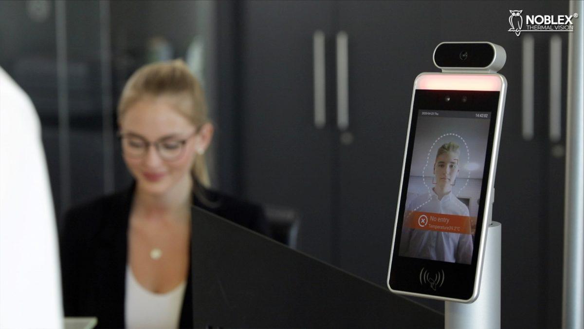Kontaktlose TemperaturmessungNoblex-Tablet misst am Eingang, wer Fieber hat
